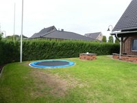 Garten mit eingelassenem Trampolin