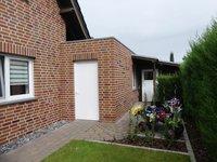 Hausseite mit gegebautem Gartenhaus