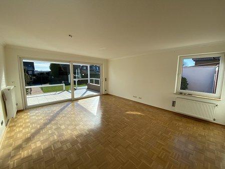 Wohnzimmer mit Zugang zur ...