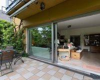 Terrasse mit Blick in den Wohnraum