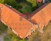 Gesamtansicht des zum Verkauf stehenden Anwesens und der Nebengebäude