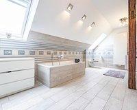 Das Bad im Obergeschoss  verfügt über eine Badewanne und eine Dusche