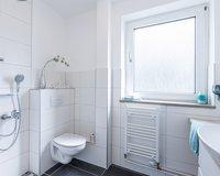 Mit einer Dusche ausgestattet