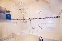 Bad mit Dusche und Wanne (OG)