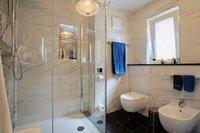 Bad mit Dusche, Fenster und Bi
