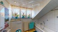 DG Badezimmer mit Badewanne