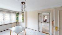 Wohnzimmer mit Blick ins Esszimmer und Veranda