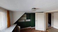 Zimmer im Dachgeschoss mit Einbauten