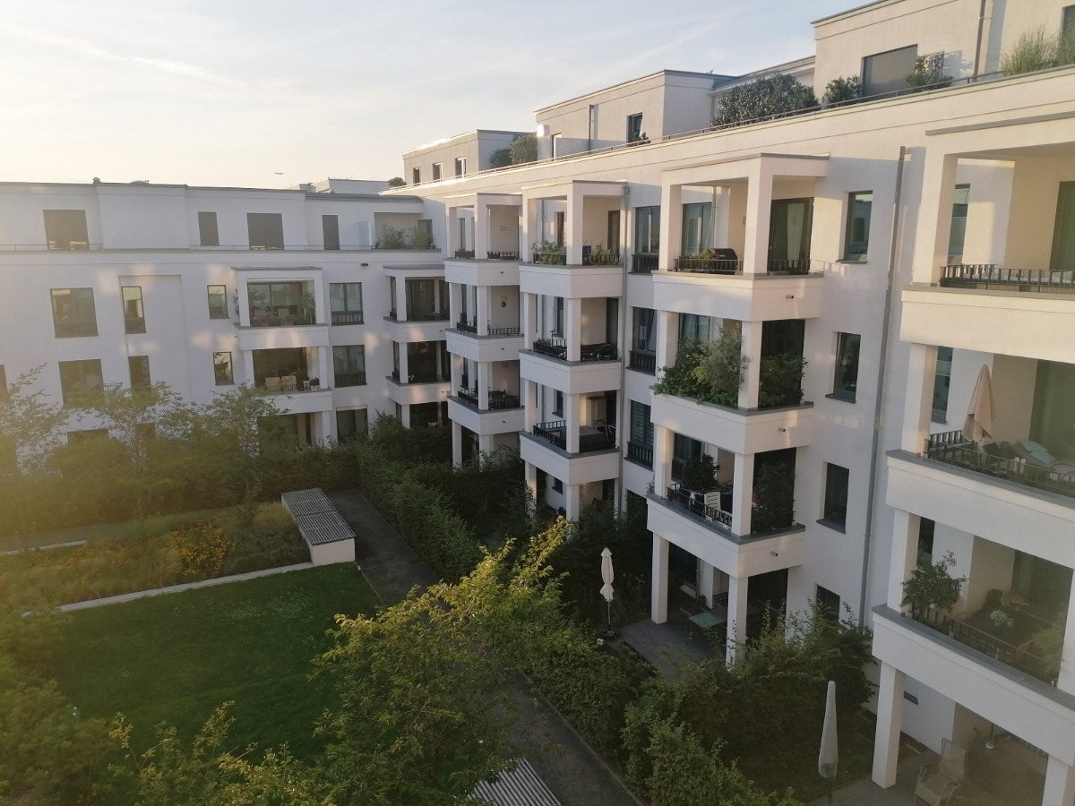 Innenhof mit Sicht auf den Terrassenbereich