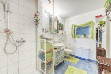 Bad mit Fenster & Dusche