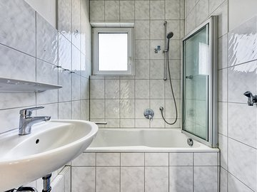 Bad mit Fenster & Wanne