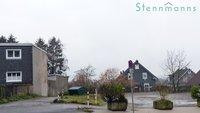 Gebäude links vom Parkplatz mit Durchgang zum Grundstück (von Hastener Straße