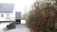 Vor Pos. Nr. 7: Blick auf alte Scheune von Fussweg, Abwasserkanäle