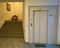 Treppenaufgang und Sufzug zu den Etagen