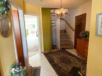 Hauseingang und Diele mit Treppenhaus