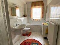 Helles Badezimmer mit Badewanne ud Dusche