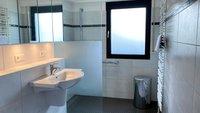Modernisiertes Bad mit bodengleicher großer Dusche und Fußbodenheizung