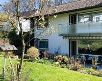 Hausrückseite mit Balkon und Terrasse und Garten