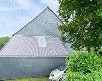 Anbau mit Wellblechdach und viel Platz und Stauraum