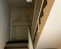 Über ein großes Treppenhaus sind alle Etage und Räume zu erreichen