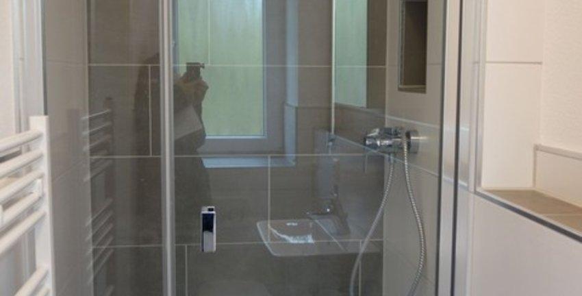 mit Duschkabine